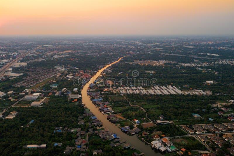 Luchtmening van Chao Phraya River Plattelandsgebied en landbouwgebied bij zonsondergang Huizen in dorp en bomen in bos in Bangkok royalty-vrije stock afbeeldingen