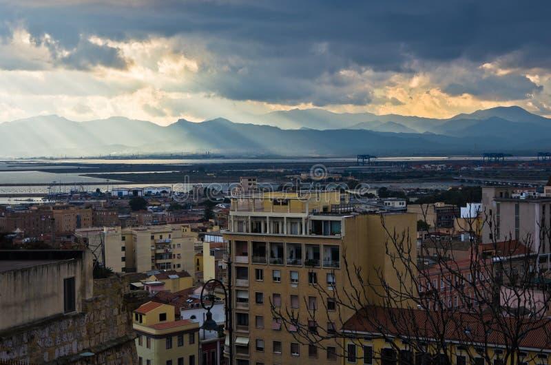 Luchtmening van cityscape van Cagliari en haven, Sardinige stock afbeelding