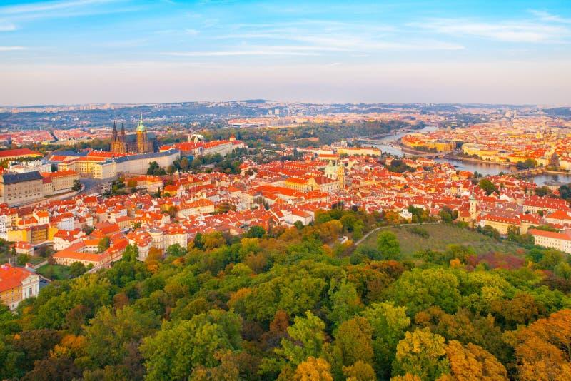 Luchtmening van cityscape van Praag met kasteel, van Lesser Town en Vltava-rivier van Petrin-Heuvel op zonnige dag royalty-vrije stock fotografie