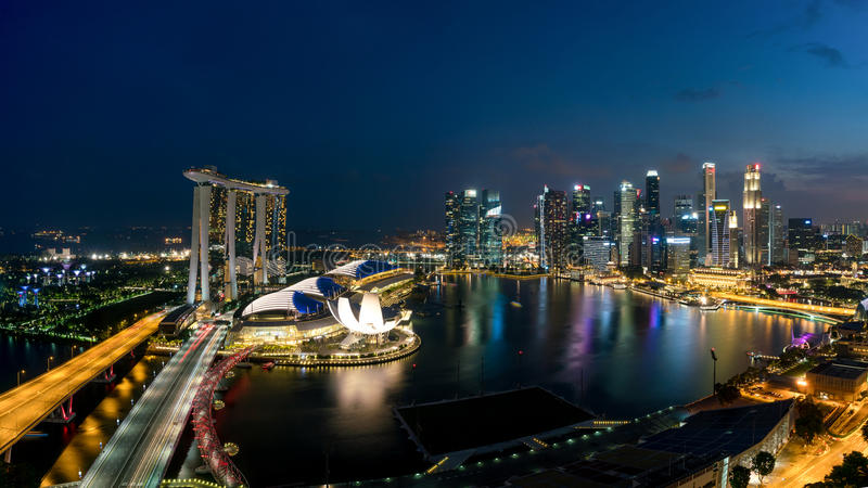 Luchtmening van commerciële van Singapore district en stad bij nacht binnen royalty-vrije stock foto
