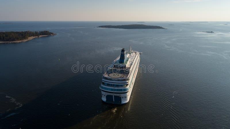 Luchtmening van cruisevoering die in de open zee bij zonsondergang varen stock foto