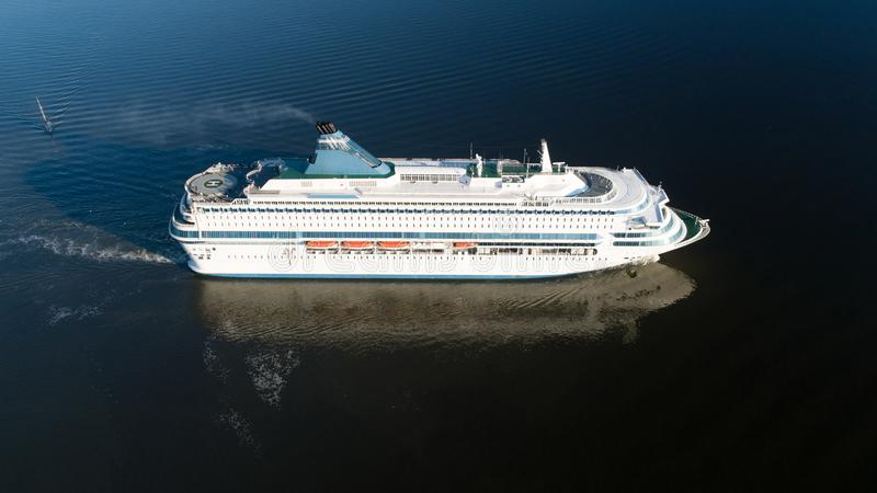 Luchtmening van cruisevoering die in de open zee varen royalty-vrije stock afbeeldingen