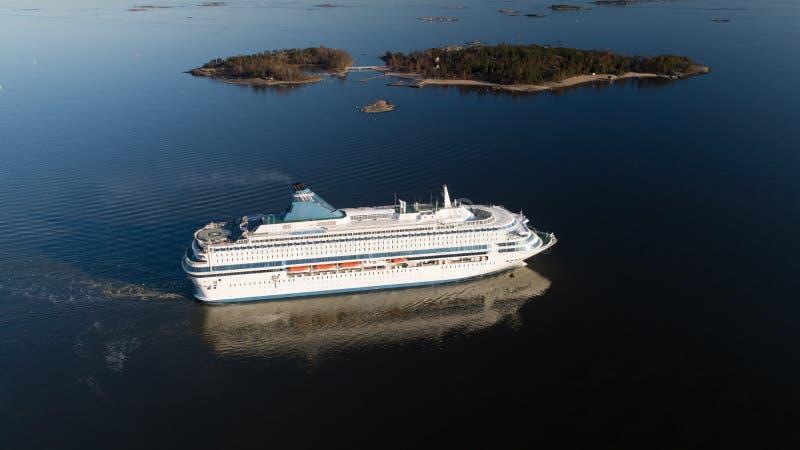Luchtmening van cruisevoering die in de open zee varen stock afbeelding