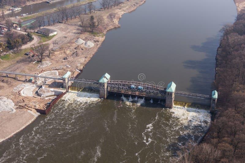 Luchtmening van de afleidingsactiedam op Odra-rivier stock foto's