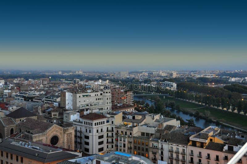 Luchtmening van de avondstad van Lleida, Spanje stock foto