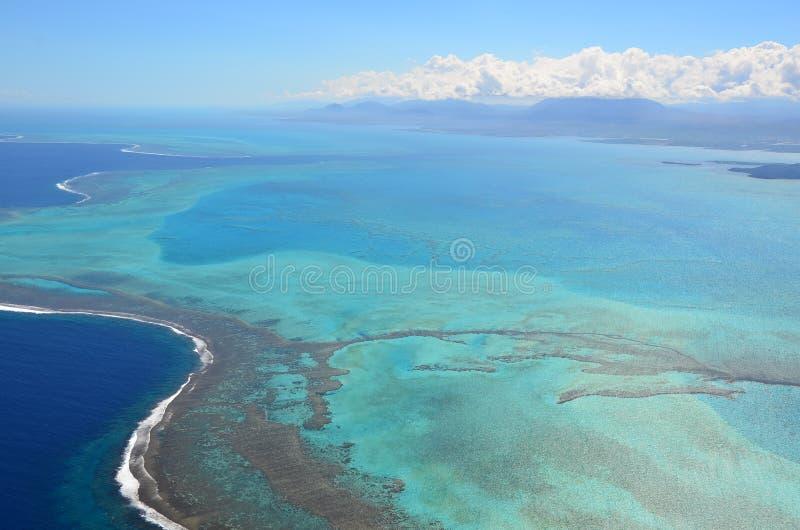 Luchtmening van de blauwe turkooise lagune van Nieuw-Caledonië stock afbeelding