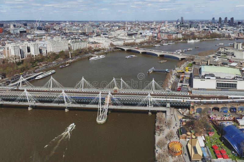 Luchtmening van de Brug en het Gouden jubileumbruggen van Hungerford over de Rivier Theems in Londen, Engeland, het UK stock foto's