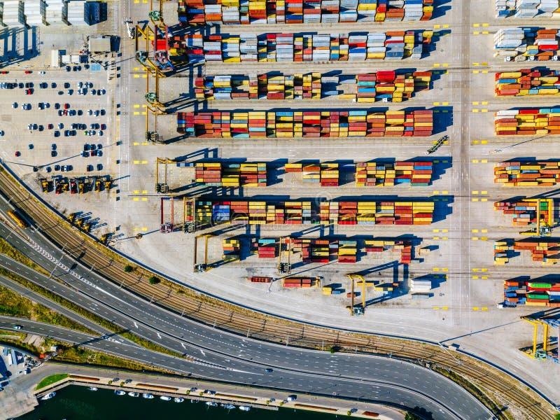 Luchtmening van de commerciële haven van Valencia Containerterminal en schip tijdens lading stock foto's