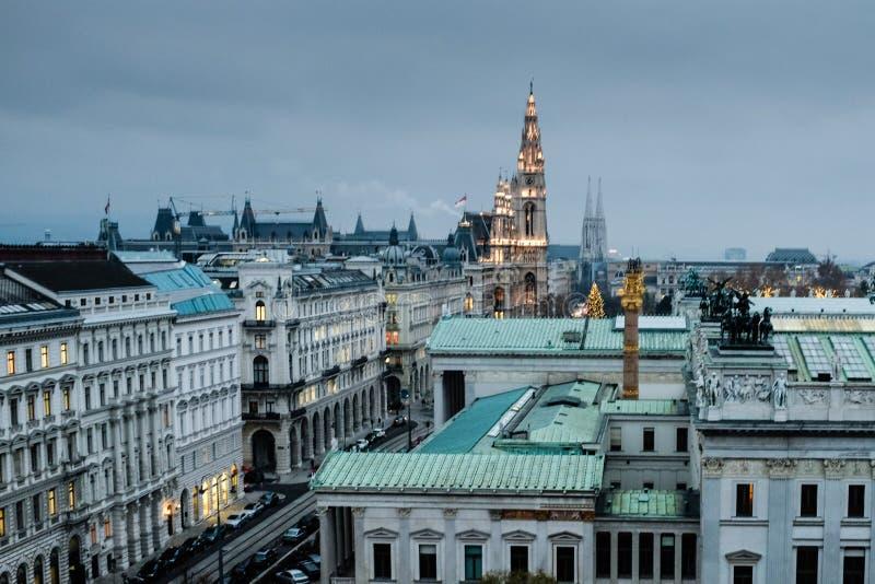 Luchtmening van de daken van het Parlement en Rathaus van Wenen bij schemer stock fotografie
