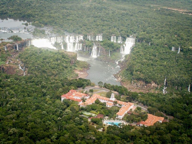 Luchtmening van de Dalingen en het Hotel van Iguazzu stock foto