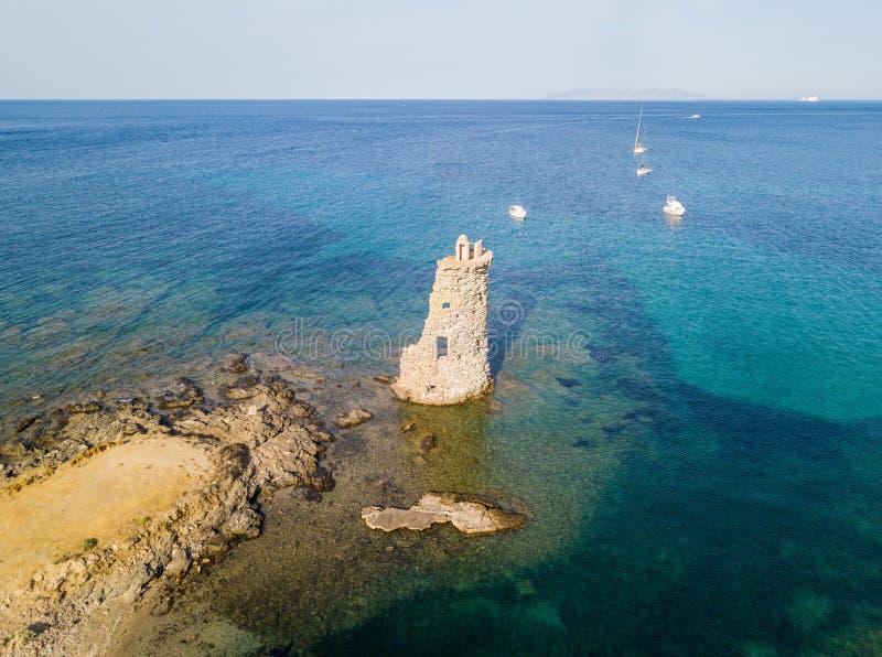 Luchtmening van de Genovese-Toren, Reis Genoise, Cap Corse -Schiereiland, Corsica Kustlijn frankrijk royalty-vrije stock foto's