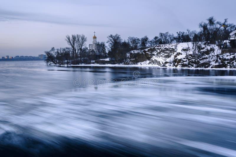 Luchtmening van de grote rivier met drijvende ijsijsschollen tijdens de schemer Het afdrijven van ijs Ijsijsschol Het onduidelijk stock afbeeldingen