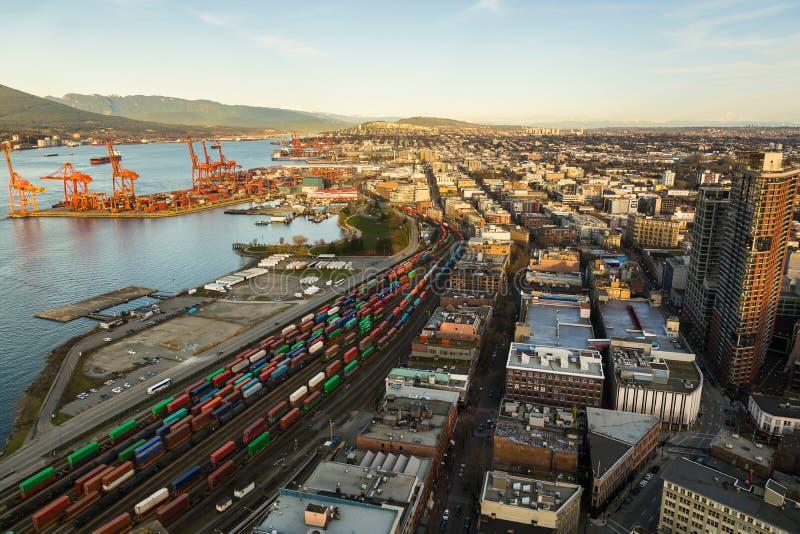Luchtmening van de haven en de stad van Vancouver's met bergen op de achtergrond royalty-vrije stock foto