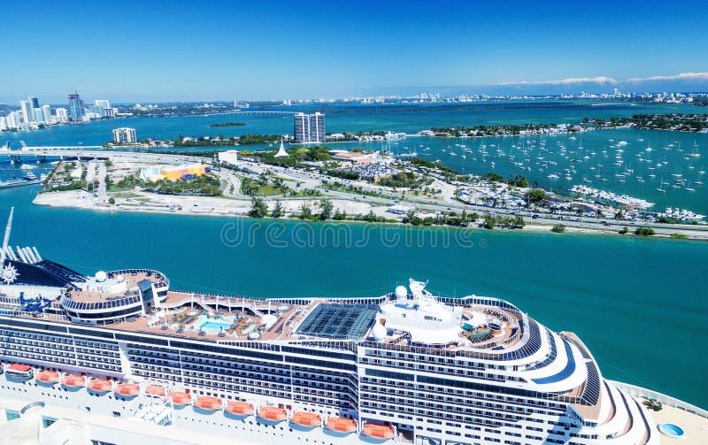 Luchtmening van de Haven en de stadshorizon van Miami, Florida stock foto