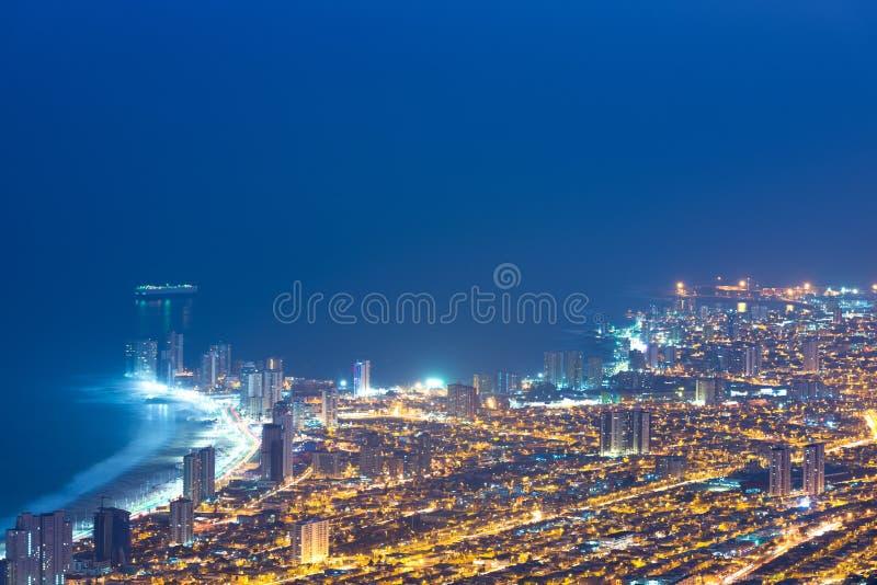 Luchtmening van de havenstad van Iquique in de kust van de Atacama-woestijn stock foto's