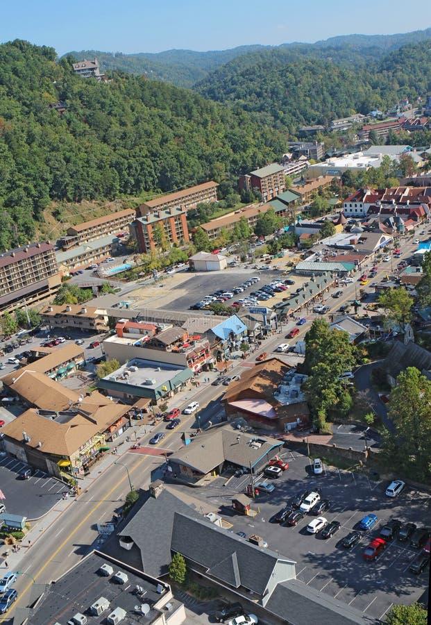 Luchtmening van de hoofdweg door Gatlinburg, Tennessee stock fotografie