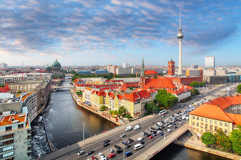 Luchtmening van de horizon van Berlijn en Fuifrivier in de zomer, Duitsland royalty-vrije stock foto's