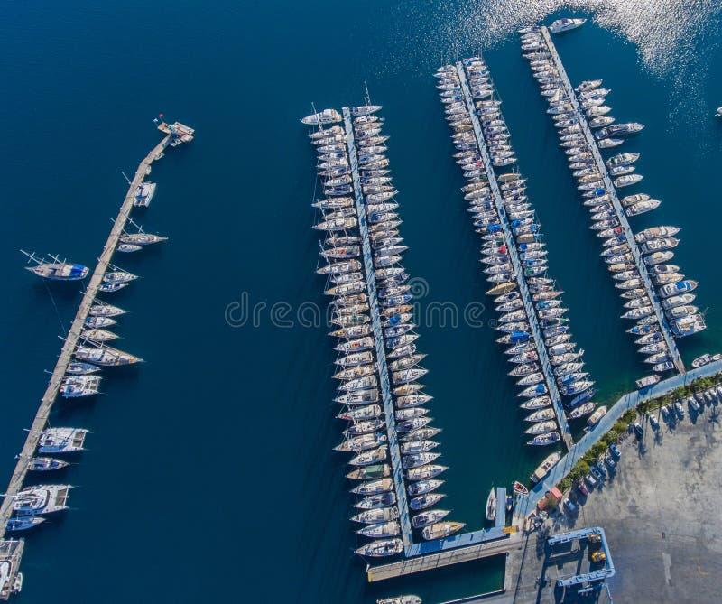 Luchtmening van de jachthaven Vele die boten aan het drijven pontoo worden vastgelegd stock foto