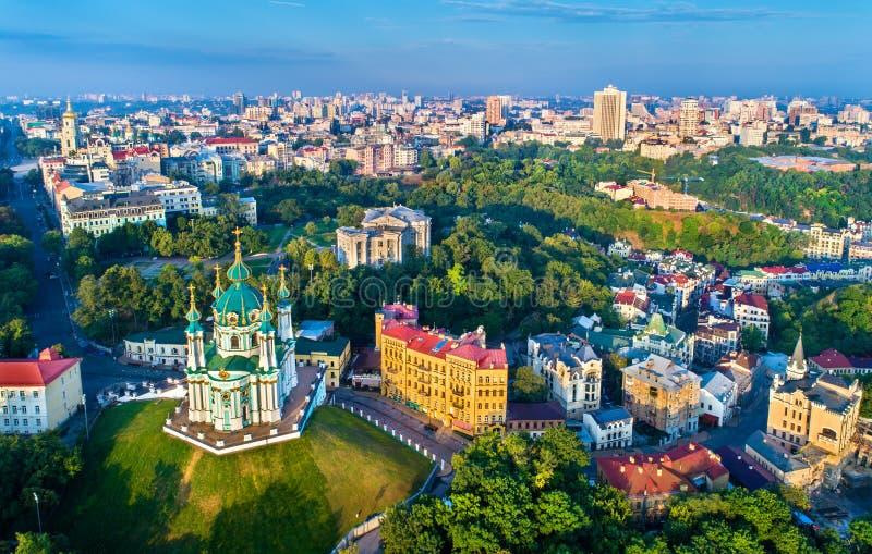 Luchtmening van de kerk van Heilige Andrew en Andriyivskyy-Afdaling, cityscape van Podil Kiev, de Oekraïne royalty-vrije stock afbeeldingen