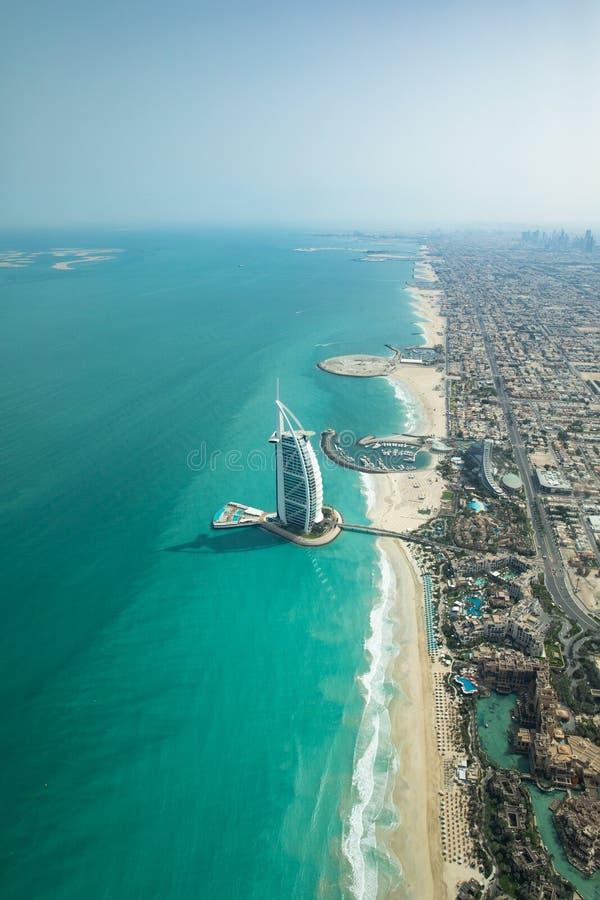 Luchtmening van de kustlijn van Doubai op een mooie zonnige dag royalty-vrije stock afbeeldingen