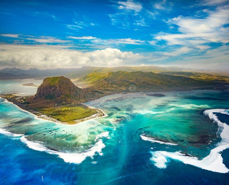 Luchtmening van de onderwaterwaterval mauritius stock fotografie