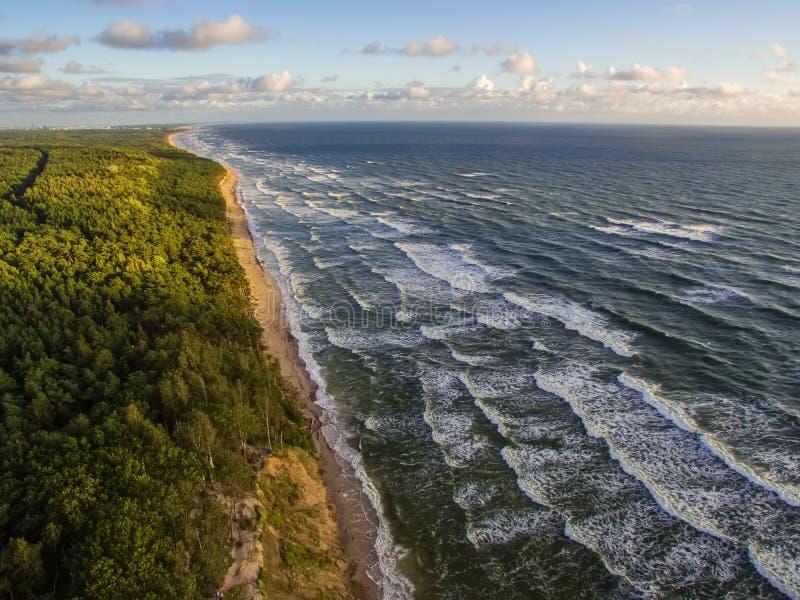 Luchtmening van de Oostzeekust in Litouwen stock fotografie