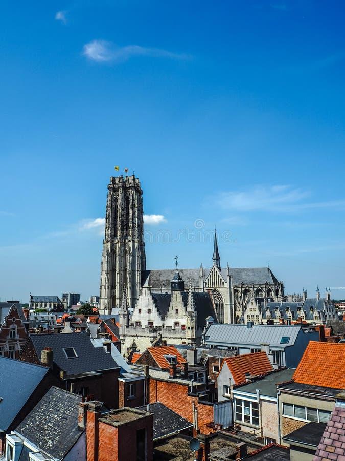 Luchtmening van de oude stad van Mechelen en de Heilige Rumbold ` s Catherdal stock foto's