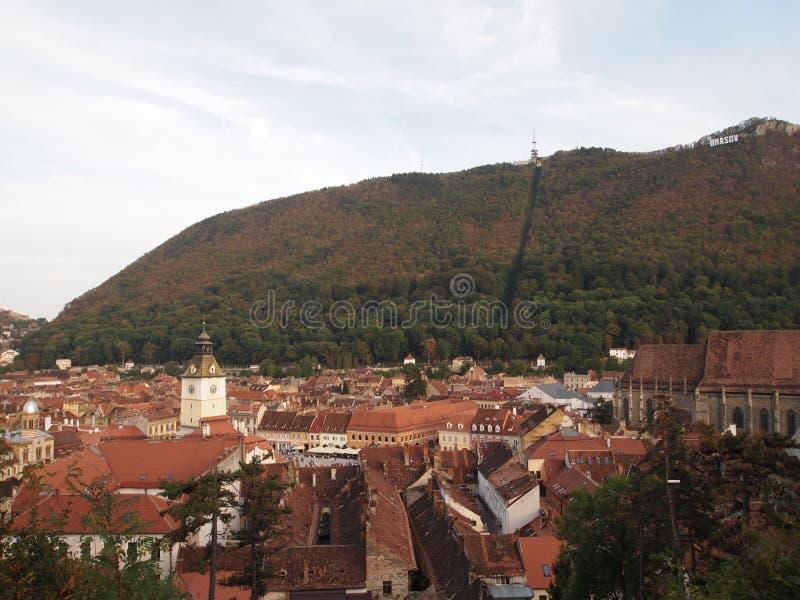 Luchtmening van de oude stad van Roemeense die stad brasov uit de citadelheuvel wordt genomen royalty-vrije stock foto's