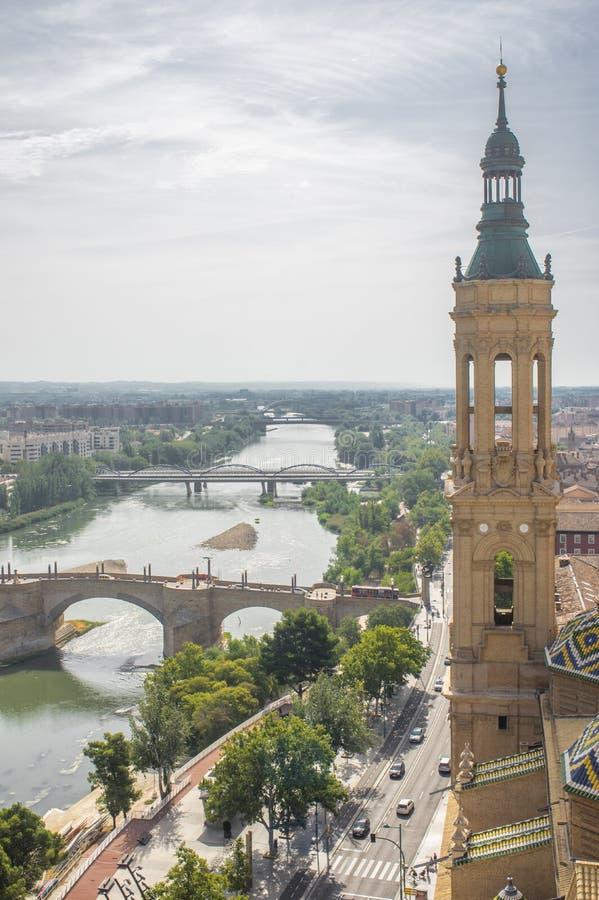 Luchtmening van de rivier Ebro, bruggen en Zaragoza stad stock afbeelding