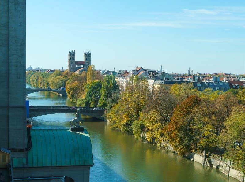 Luchtmening van de rivier Isar met Maximilianbrucke en Marianne stock foto