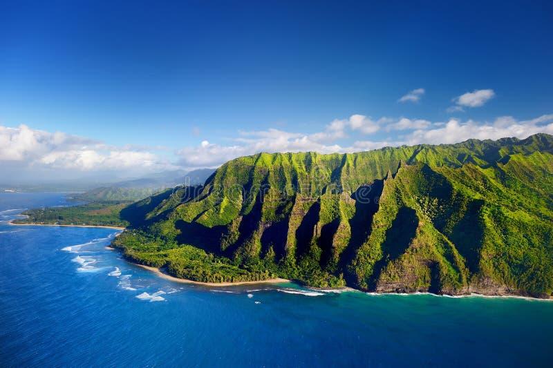 Luchtmening van de spectaculaire kust van Na Pali, Kauai stock afbeelding