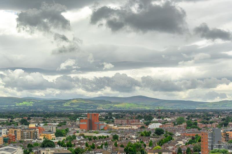 Luchtmening van de stad de bergen van van Dublin, Wicklow op de achtergrond Ierland stock afbeelding