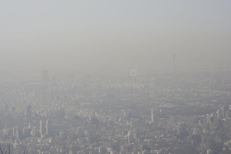 Luchtmening van de stad van Teheran van bergen zij, lucht-verontreinigde hemel royalty-vrije stock afbeeldingen