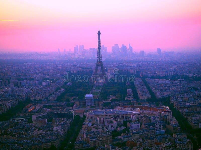 Luchtmening van de toren van Eiffel, La-Defensie en de daken van Parijs tijdens een schitterende zonsondergang, Frankrijk stock foto