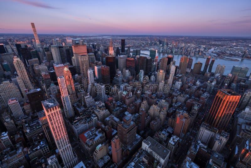 Luchtmening van de Uit het stadscentrum wolkenkrabbers van Manhattan bij Zonsondergang, de Stad van New York royalty-vrije stock foto's