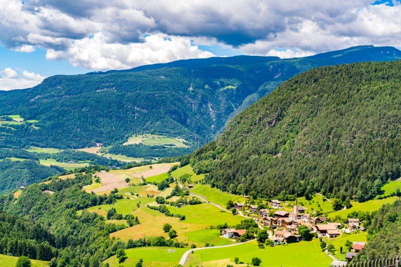 Luchtmening van de vallei in het bergplateau royalty-vrije stock foto