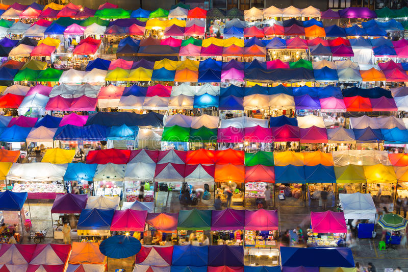 Luchtmening van de veelvoudige lichten van de kleurenvlooienmarkt stock afbeelding