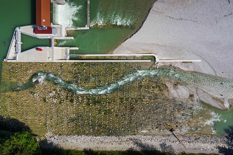 Luchtmening van de waterkering op het rivierisar zuiden van München royalty-vrije stock foto