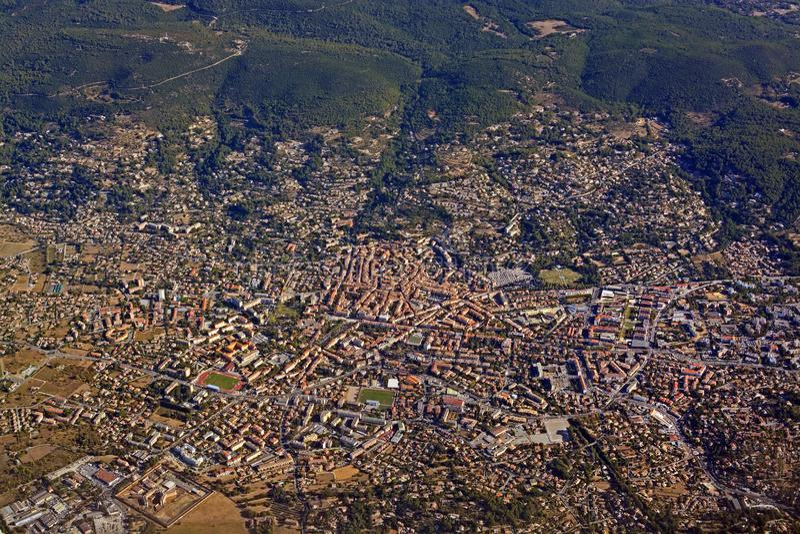 Luchtmening van Draguignan-Stad in de Zuidelijke Provence, Frankrijk royalty-vrije stock fotografie