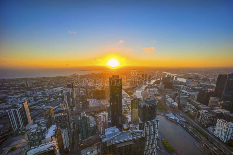 Luchtmening van dramatische zonsondergang bij de stad van Melbourne stock fotografie