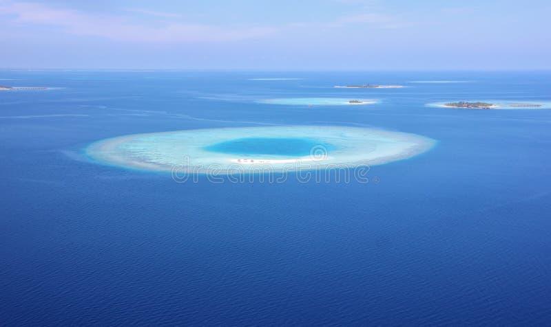 Luchtmening van een atol in Ari Atoll, de Maldiven stock afbeelding
