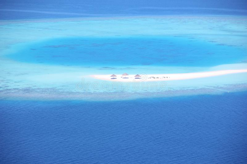 Luchtmening van een atol in de Maldiven stock foto