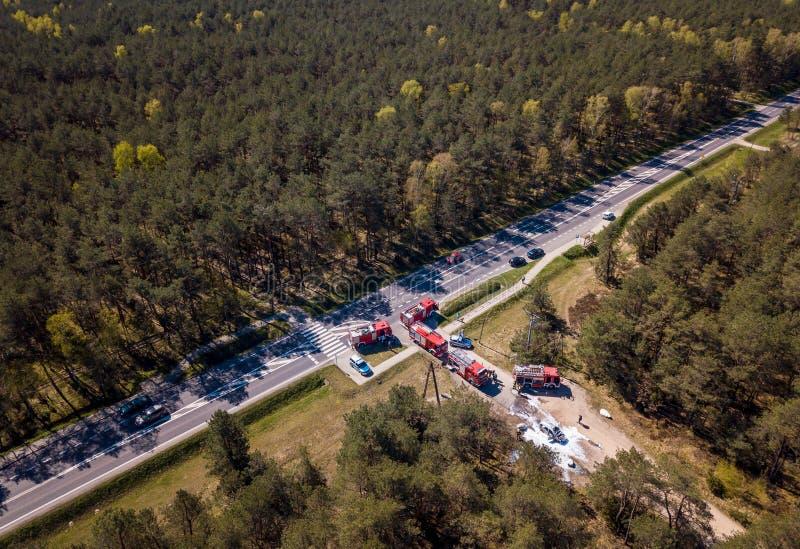 Luchtmening van een een autoongeval, politie en brandbestrijders in een de zomerbos stock foto