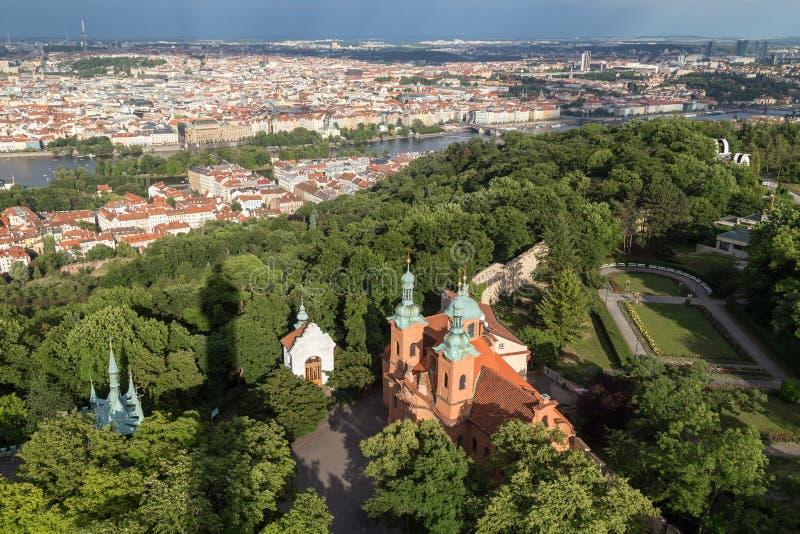 Luchtmening van een kerk bij de Petrin-Heuvel in Praag royalty-vrije stock foto's
