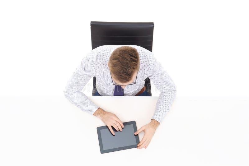 Luchtmening van een knappe zakenman die met tabletcomputer werken in bureau Zaken en bureauconcept royalty-vrije stock foto's