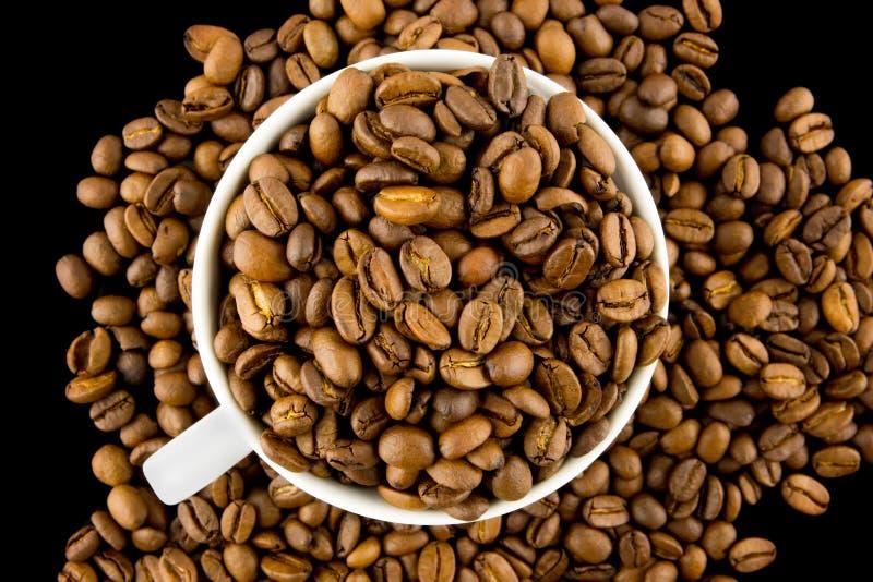 Luchtmening van een kop die met koffiebonen wordt gevuld royalty-vrije stock foto