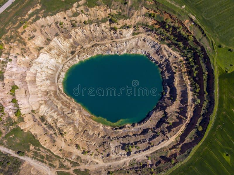 Luchtmening van een krater van een minigkuil stock foto's