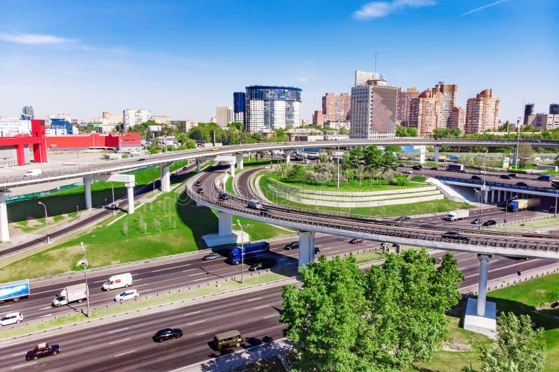 Luchtmening van een snelwegkruising Wegverbindingen in een grote stad stock foto
