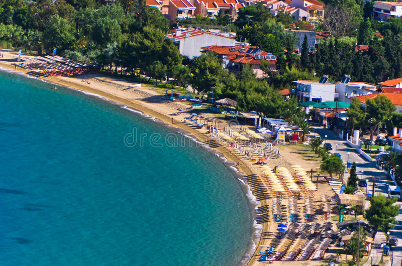 Luchtmening van een strand bij klein Grieks dorp Toroni in Sithonia royalty-vrije stock afbeelding
