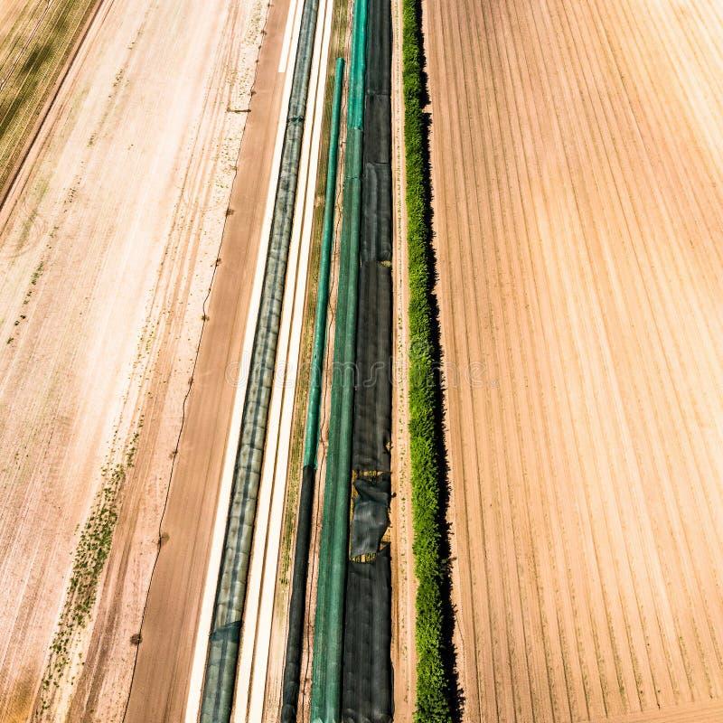 Luchtmening van een testgebied van een landbouwbedrijf, waarop diverse folies en het planten van hulp worden getest royalty-vrije stock fotografie